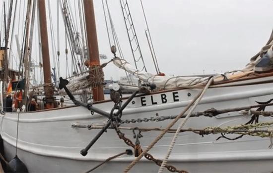 В Германии исторический парусник 19-го века во время туристической экскурсии столкнулся с контейнеровозом и затонул