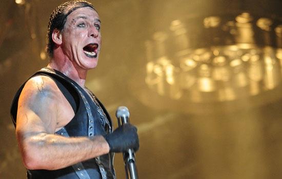 Вокалист Rammstein Тилль Линдеманн изувечил своего фаната, сломав челюсть
