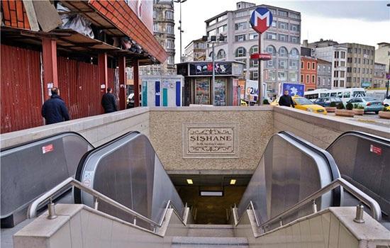 Люди, страдающие аллергией на пыль, должны носить маски при поездке в стамбульском метро
