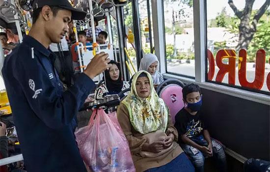 Индонезийцы обменивают бутылки на билеты
