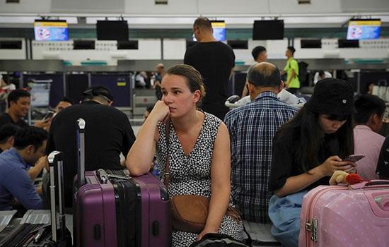 Аэропорт Гонконга отменяет все исходящие рейсы: тысячи пассажиров застряли