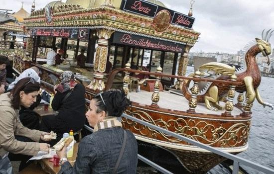 Знаменитым торговцам бутербродами Стамбула приказали покинуть Эминоню