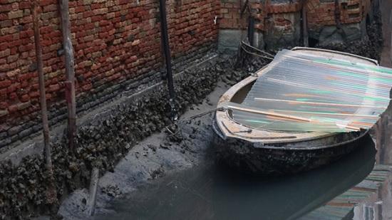 Из-за рекордных отливов каналы Венеции пересохли