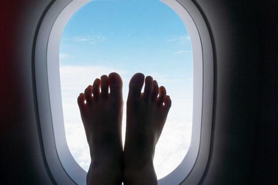 Почему пассажирам нельзя снимать обувь в самолёте