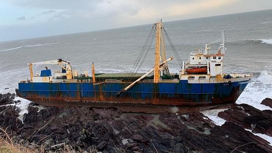 """Огромный """"корабль-призрак"""" прибило к берегам Ирландии"""