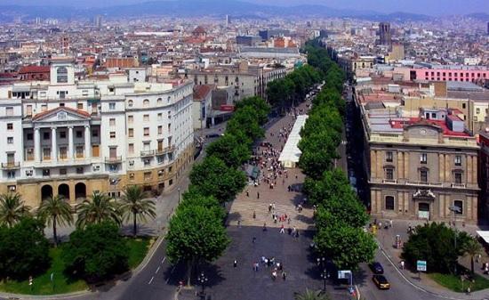 Бульвар ла Рамбла - главная туристическая улица в Барселоне