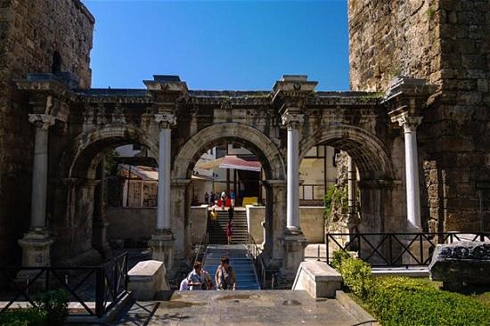 Османские дома и римские руины в исторической Анталии