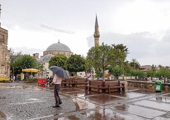 Сюрпризы погоды в Турции: рекордная жара Анталии сменяется дождями
