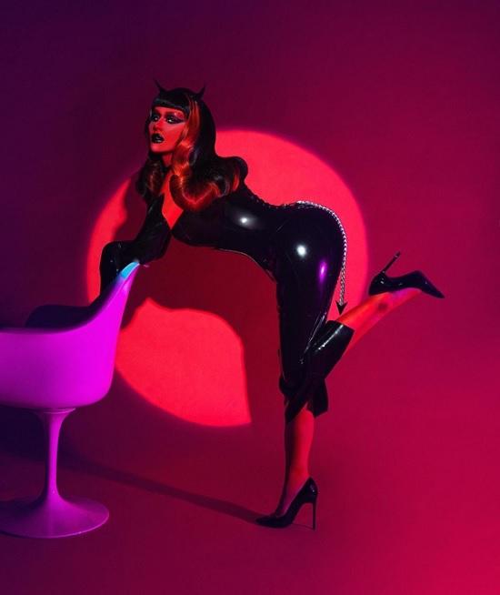 Кристина Агилера сексуальным образом на Хэллоуин – пышные формы в объятиях латексного платья
