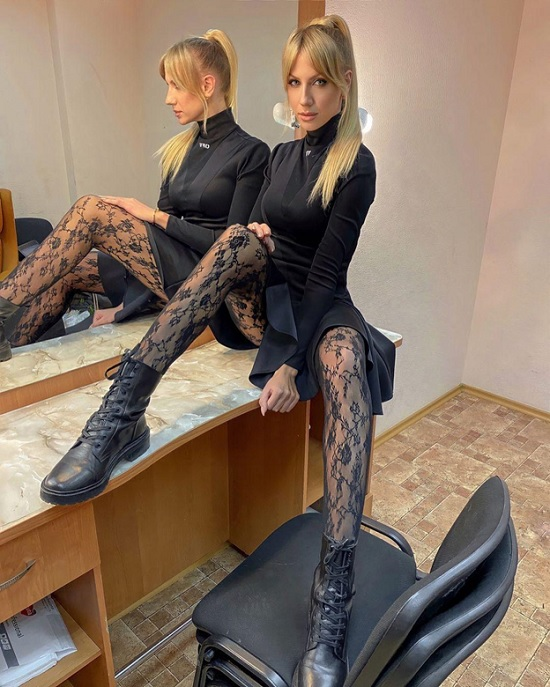 Леся Никитюк откровенно позировала на столе в mini-платье с раздвинутыми ножками