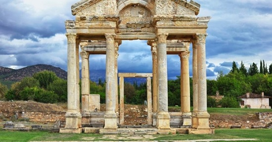 В Турции туристы устремились в древний «Город любви»