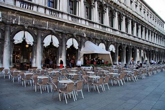 В канун своего 300-летнего юбилея закрыто ретро – кафе Венеции - самое популярное у туристов в Италии