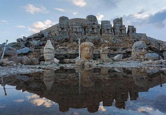 В Турции гора Немрут – Даг с древними статуями Богов – центр притяжения для путешественников со всего мира