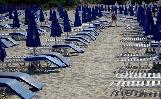 Нельзя загорать на пляже и часто покидать отель: какие ограничения действуют на Кипре?