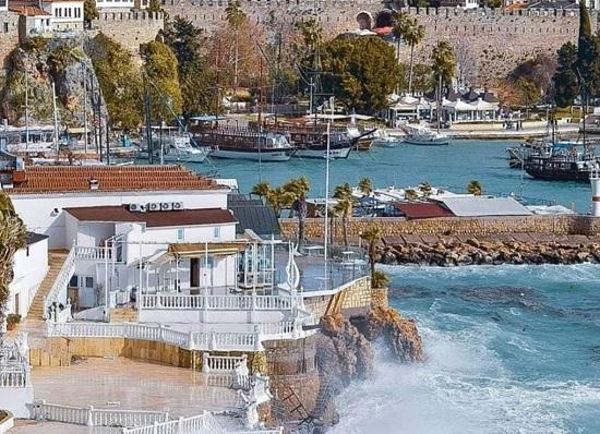 Море в Анталии покрыли мистические желтые пятна