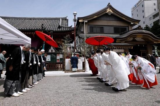 """В Токио сотни жителей собрались, чтобы """"потрясти"""" духов"""