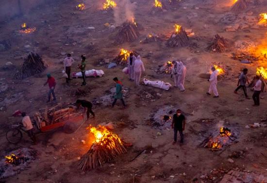 В Индии признались, что тела жертв ковида кремируют далеко не все