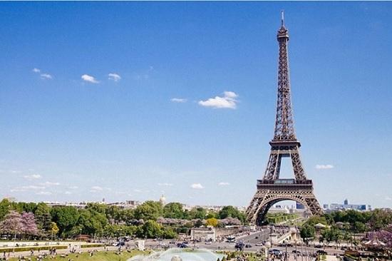 После долгого закрытия, Эйфелева башня снова открылась для всех желающих