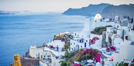 Из карантинного отеля в Греции убежали четыре инфицированные туристки