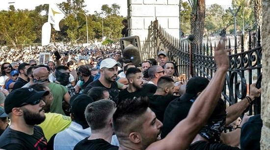 Местное населения Кипра обвиняет правительство в дискриминации из-за туристов