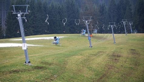 снеговые пушки на зелёном склоне австрийского горонолыжного курорта