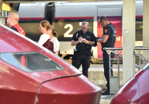 2B8F9D9D00000578-3206426-French_police_sealed_off_the_train_after_the_gunman_was_arrested-a-77_1440189156749
