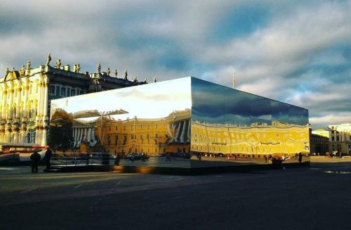 зеркальный куб BMW на Дворцовой площади