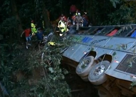автобус сорвался в пропасть в Бразилии