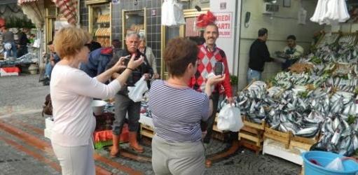 греческие туристы на турецком рыбном рынке