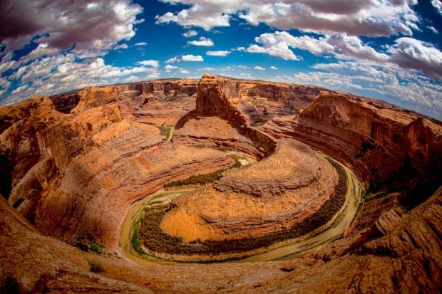 Широкий каньон сужается как воронка