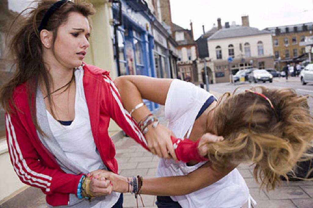 Конфликт между двумя несовершеннолетними девочками закончился поножовщиной.