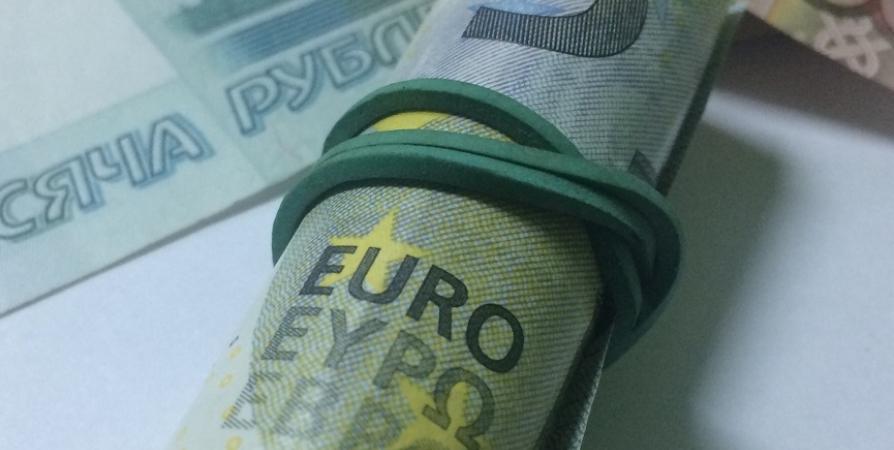Курс евро вырос больше чем на рубль до 71,88