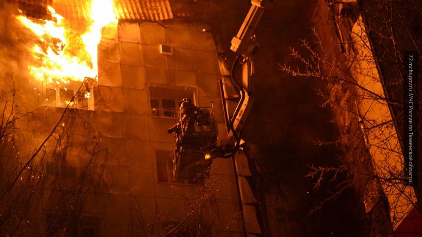 В Петербурге пожарные не могут проехать к горящему дому — очевидцы