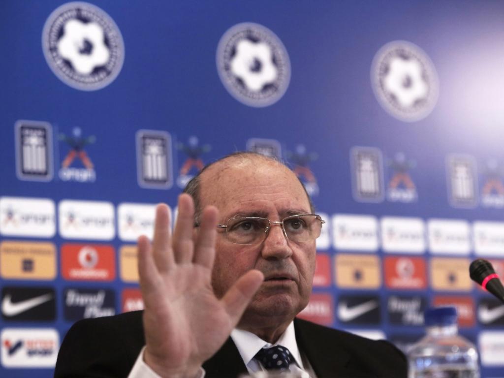 Сборная Греции по футболу осталась без тренера