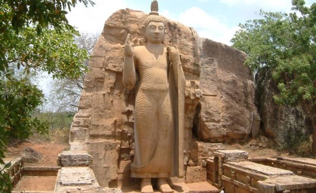 одна из бесчисленных статуй Будды