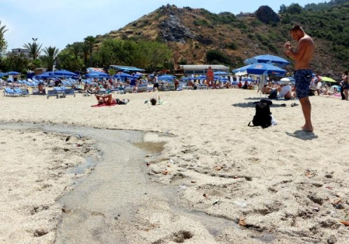 Пляж Клеопатры в Аланье кишит червями B3f66f4b968b56e1537a68e16d0dbe58