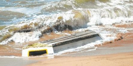лодка с россиянами превернулась от удара волны