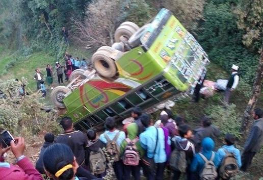 автобус рухнул на скалы