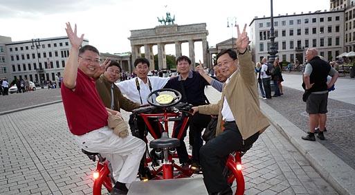 китайские туристы веселятся в берлине