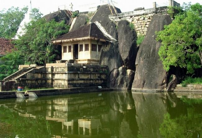 в Анурадхапура масса водоемов