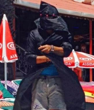 Одетый в черное покрывало аниматор говорил по-арабски