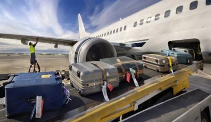 погрузка багажа в самолёт