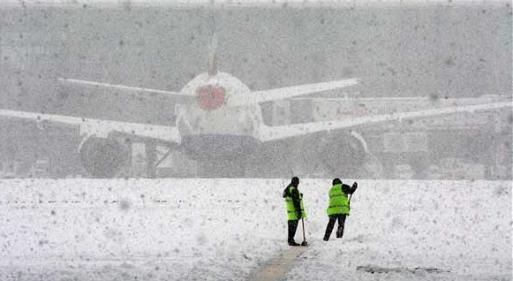 аэропорт засыпало снегом